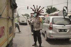 Ini Alasan Wakapolres Mojokerto Pakai Helm Virus Corona dan Semprot Disinfektan di Jalan
