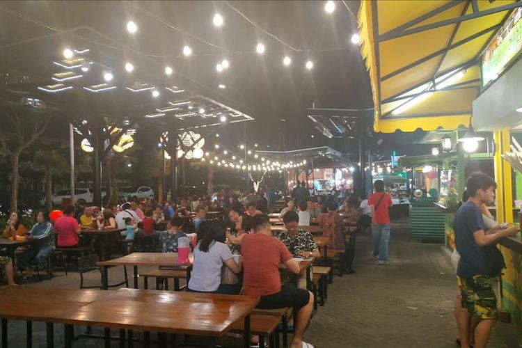 Suasana di food street Pulau D hasil reklamasi Teluk Jakarta, Kamis (13/6/2019).