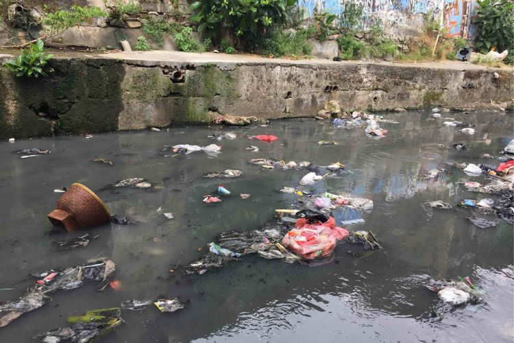Berbagai jenis sampah menumpuk di aliran Kali Krukut yang berada di Kelurahan Kebon Kacang, Tanah Abang, Jakarta Pusat. Saat menelusuri aliran tersebut, berbagai jenis sampah terihat menumpuk yanh didominasi sampah plastik, bungkus makanan dengan sisa makanan yang masih baru, sterofom, dan pakaian. Tampak juga bakul nasi berukuran sedang tersangkut di aliran Kali Krukut yang dangkal, Jumat (18/5/2018).