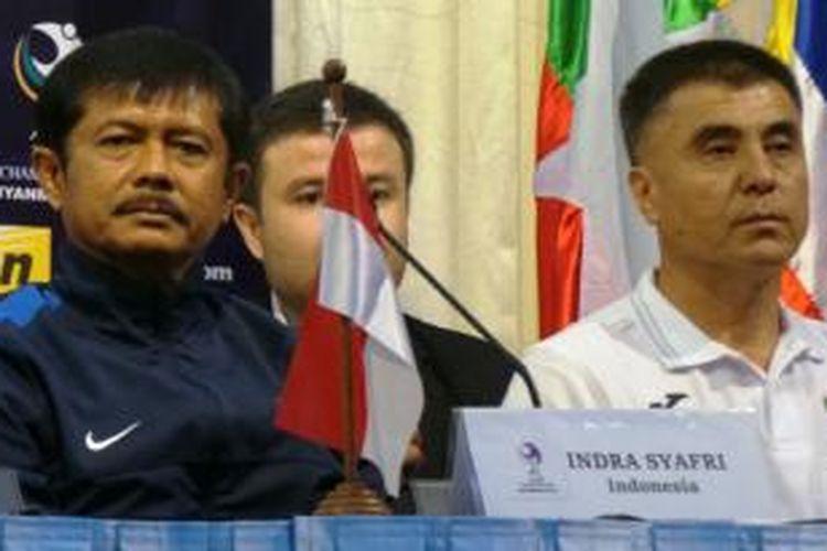 Pelatih Tim Nasional Indonesia U-19, Indra Sjafri, dan pelatih Uzbekistan U-19, Ravhsan Kyarmanov, memberikan keterangan pers di Hotel Yangon, Kamis (9/10/2014).