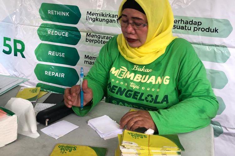Salah satu kegiatan Bank Sampah Kampung Koran yang diinisiasi Kompas Gramedia (KG). Bank Sampah Kampung Koran mencatat telah mereduksi sampah hingga 35 ton. Jumlah tersebut didapat dari kontribusi nasabah tiga unit Bank Sampah yang diinisiasi KG di wilayah RW 02 Kelurahan Gelora (Jakarta Pusat), serta RW 06 dan RW 14 Kelurahan Grogol Utara (Jakarta Selatan). DOK KOMPAS GRAMEDIA CSR