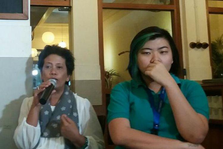 Sekretaris Jenderal Koalisi Perempuan Indonesia Dian Kartikasari (kiri) dan Pengacara Lembaga Bantuan Hukum (LBH) Jakarta Veronica Koman dalam sebuah acara diskusi terkait Hari Perempuan Internasional di Jakarta, Minggu (6/3/2016)
