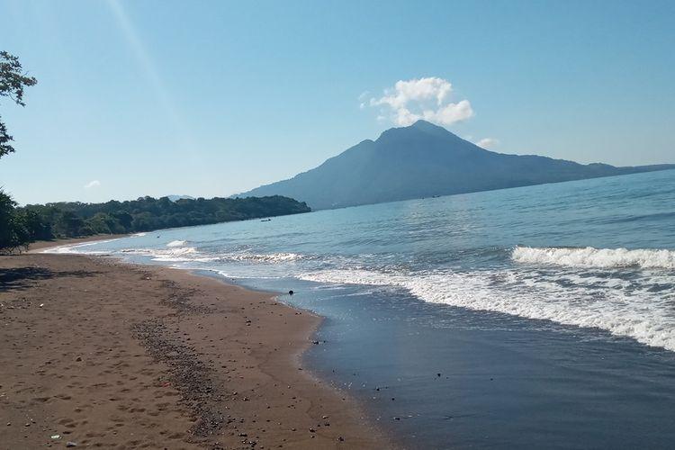 Pantai Toka, di Desa Nanga Labang, Kecamatan Borong, Kabupaten Manggarai Timur, NTT sangat eksotis. Pantai ini terletak di bagian selatan dari Kabupaten Manggarai Timur, Jumat, (23/4/2021). (KOMPAS.com/MARKUS MAKUR)