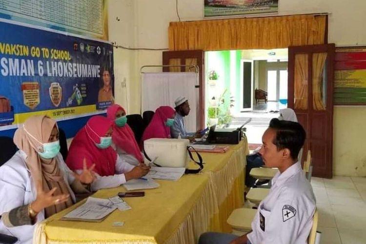 Suasana vaksinasi di SMA Negeri 6 Kota Lhokseumawe, Aceh, Selasa (28/9/2021)