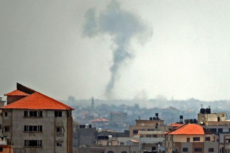 Asap terlihat di dekat kota Deir al-Balah Selasa (29/5/2018) setelah diserang jet tempur Israel. Serangan tersebut dilakukan sebagai aksi balasan setelah mereka diserang dengan mortir.