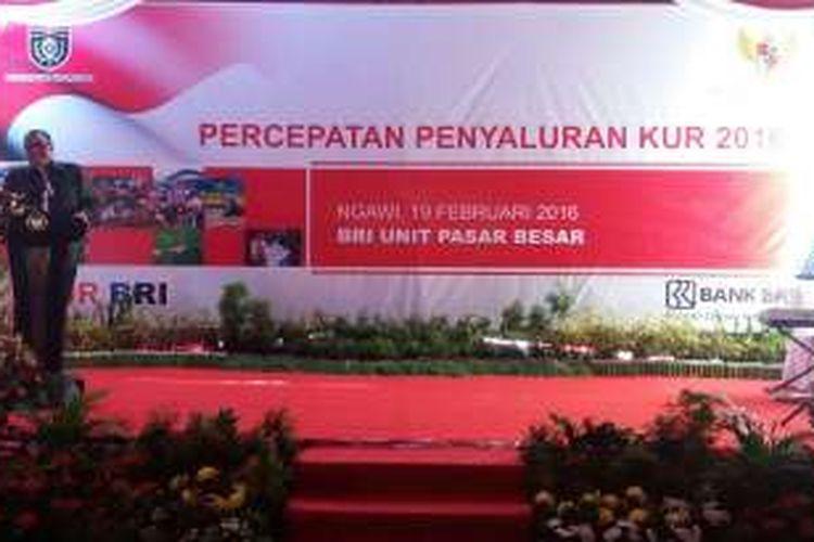 Menteri Koperasi dan UKM AAGN Puspayoga memberikan sambutan pada acara Percepatan Penyaluran KUR 2016 di BRI Unit Pasar Besar Ngawi, Jawa Timur pada Jumat (19/2/2016).