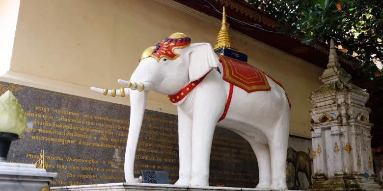 Patung gajah putih yang ada di salah satu sisi Wat Prathat Doi Suthep, Chiang Mai, Thailand.