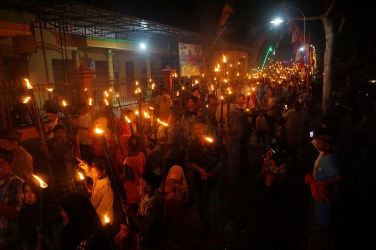 Ribuan warga desa Jajar kecamatan Gandusari kabupaten Trenggalek Jawa Timur, mengikuti takbir keliling menyusuri jalan desa dengan membawa obor (04/06/2019).