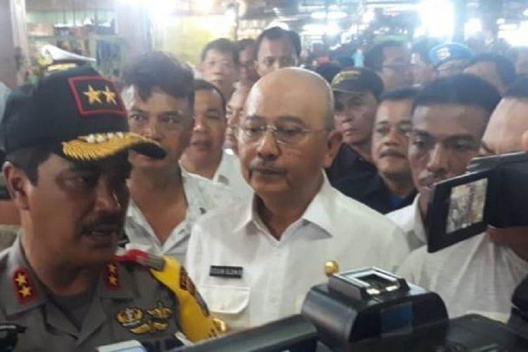 Kapolda Sumut Irjen Agus Adrianto (kiri) dan Wali Kota Medan T Dzulmi Eldin (tengah) saat melakukan peninjauan di Pasar Petisah, Selasa (9/10/2018).