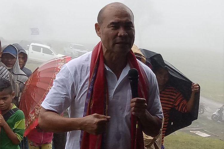 Viktor Bungtilu Laiskodat saat bersama warga Lelogama, Kecamatan Amfoang Selatan, Kabupaten Kupang, Nusa Tenggara Timur (NTT), Sabtu (20/1/2018)