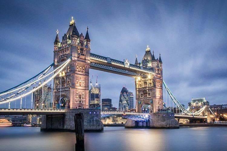 London Bridge atau Tower Bridge, di London Inggris