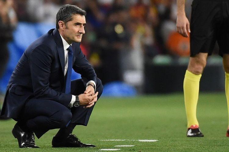 Ernesto Valverde mengamati jalannya laga Barcelona vs Valencia dalam final Copa del Rey di Stadion Benito Villamarin, 25 Mei 2019.