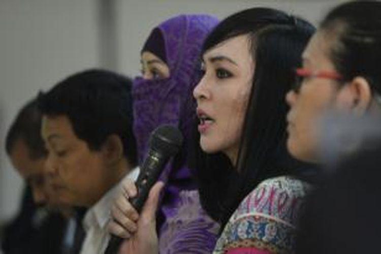 Mantan anggota DPR dari Fraksi Partai Demokrat, Angelina Sondakh (Angie) menjawab pertanyaan jaksa saat sidang di Pengadilan Tipikor, Jakarta, Kamis (14/8/2014). Angie menjadi saksi pada kasus dugaan korupsi proyek Hambalang dengan terdakwa mantan Ketua Umum Partai Demokrat Anas Urbaningrum.