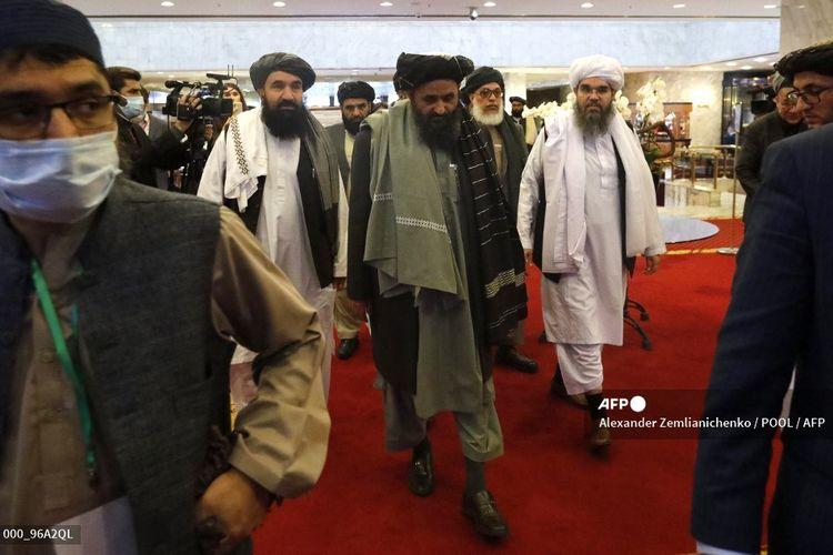 Salah satu pendiri Taliban, Mullah Abdul Ghani Baradar (tengah) bersama anggota lainnya tiba untuk menghadiri konferensi internasional di Afghanistan terkait solusi perdamaian di Moskwa, Rusia, pada 18 Maret 2021.