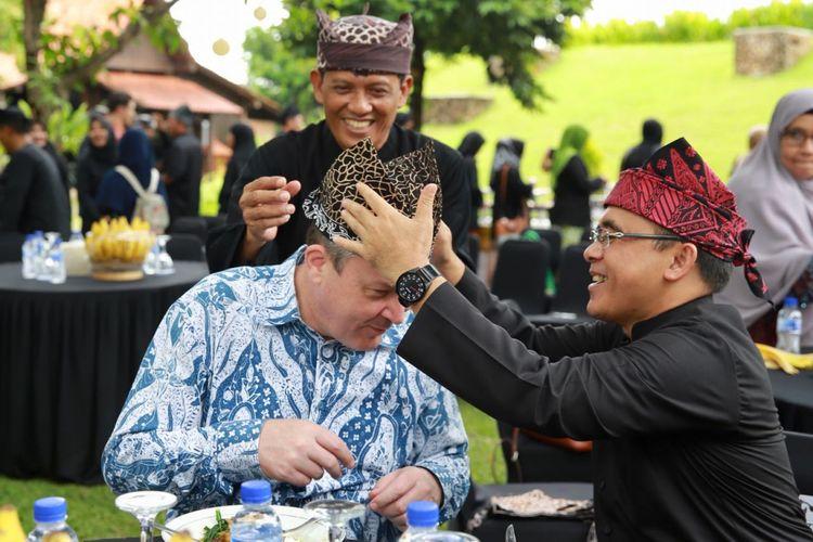 Bupati Banyuwangi Abdullah Azwar Anas membantu Konsul Jenderal Australia di Surabaya, Chris Barnes memasang udeng, ikat kepala khas Suku Osing, Senin (18/12/2017).