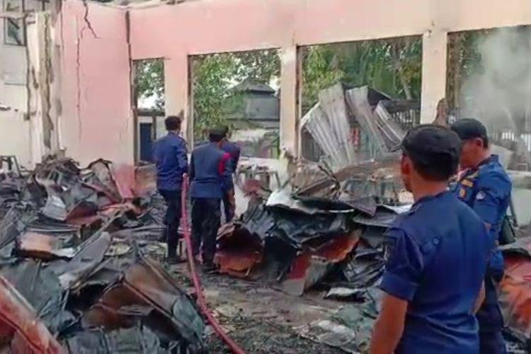 Petugas Damkar Kota Kendari masih memadam sisa api yang membakar 9 ruang praktek SMKN 4 Kendari