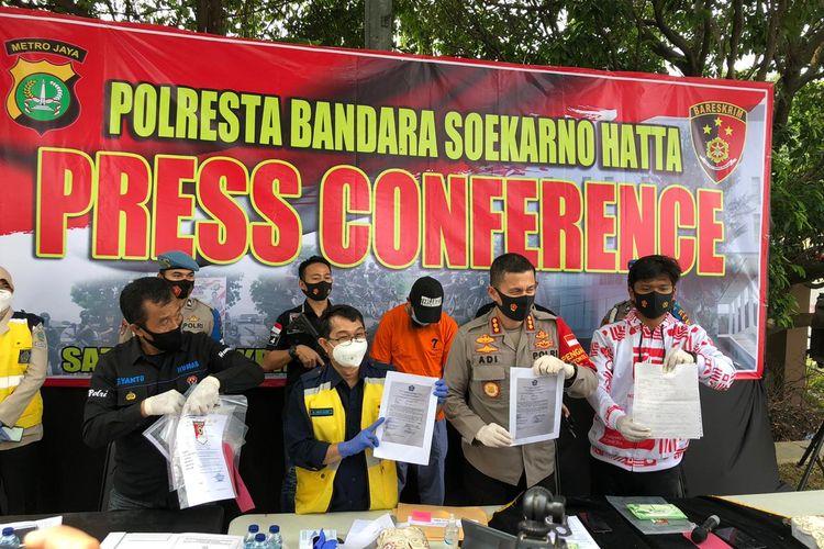 Konferensi pers penangkapan kasus penggunaan surat palsu bebas Covid-19 di Polres Bandara Soekarno-Hatta, Senin (10/8/2020)