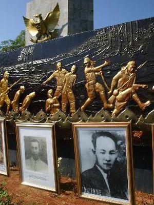 Relief pada Monumen Makam Juang Mandor yang berada di Kabupaten Landak, Kalimantan Barat, menggambarkan perlawanan rakyat terhadap penjajah Jepang. Peristiwa pembantaian massal yang dilakukan penjajah Jepang pada tahun 1943-1944 terhadap puluhan ribu rakyat Kalbar ini dikenal dengan Tragedi Mandor Berdarah. Tampak beberapa foto tokoh yang turut menjadi korban pembunuhan oleh tentara Jepang.