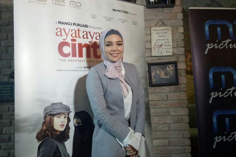 Dewi Sandrasaat ditemui setelah jumpa pers peluncuran official poster dan trailer Ayat Ayat Cinta 2 di MD Place, Setiabudi, Jakarta Selatan, Selasa (24/10/2017).