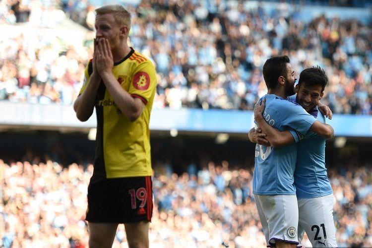 Dua pemain Manchester City, Bernardo Silva dan David Silva, merayakan gol timnya pada pertandingan Man City vs Watford dalam lanjutan Liga Inggris di Stadion Etihad, 21 September 2019.