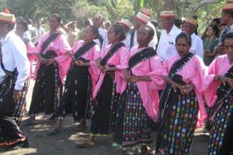 Tarian Vera yang dilakukan warga masyarakat Suku Rongga di wilayah Selatan Kabupaten Manggarai Timur, Flores, Nusa Tenggara Timur.