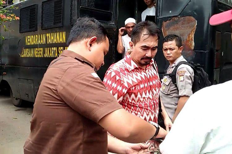 Gatot Brajamusti saat tiba di Pengadilan Negeri Jakarta Selatan, Kamis (12/10/2017) untuk menjalani sidang kasus tomdak asusila.