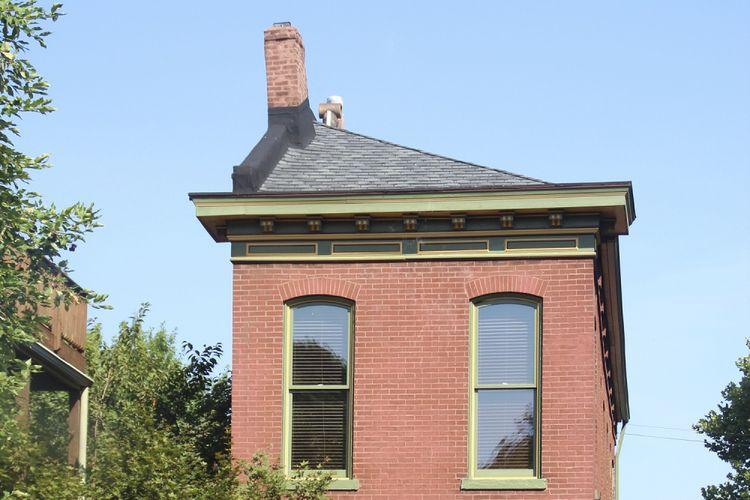 Rumah unik yang hanya separuh ini, menjadi  salah satu warisan budaya yang selalu dipamerkan kepada pengunjung kota St Louis. Rumah ini juga khas dengan warna merah dan dinding bata ekspose yang banyak dijumpai pada rumah-rumah tua di kota itu.  Kompas/Agnes Aristiarini (NES) 11-08-2016