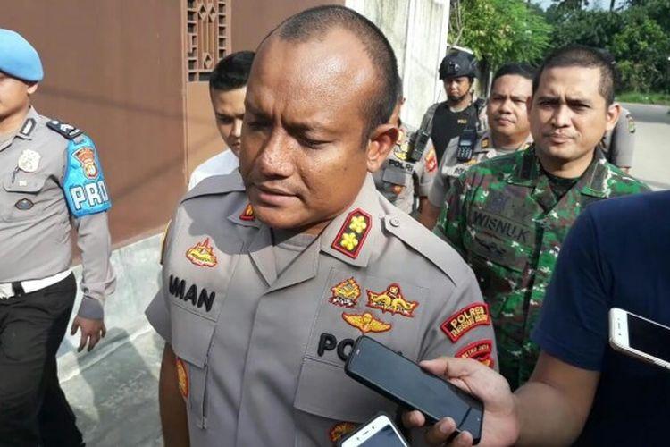 Kapolres Tangerang Selatan AKBP Iman Setiawan telah meninjau salah satu rumah yang diberi garis peringatan di Perumahan Batan Indah, Kademangan, Setu, Tangerang Selatan, Senin (24/2/2020). Namun, Iman belum mengatakan penyebab penyegelan rumah tersebut.
