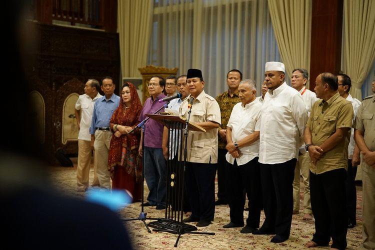 Calon presiden nomor urut 02 Prabowo Subianto saat menggelar konferensi pers di kediaman pribadinya, Jalan Kertanegara, Jakarta Selatan, Rabu (8/5/2019).