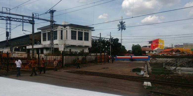 Jalan Letjen Suprapto yang melewati rel kereta api di samping Stasiun Senen arah ke Cempaka Putih, Jakarta Pusat ditutup permanen. Jumat (9/12/2016).