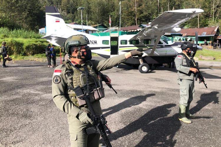 Personel Satgas Nemangkawi tengah melakukan pengamanan di Lapangan Terbang Beoga, Puncak, Papua, Kamis (15/4/2021)