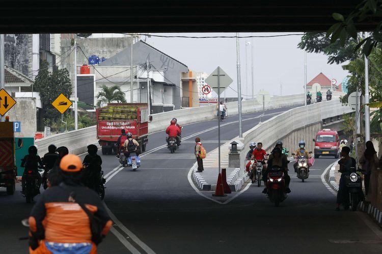 Sejumlah kendaraan melintas di Jalan Layang Bintaro, Jakarta Selatan, Rabu (14/03/2018). Pembangunan flyover sepanjang 430 meter ini dilakukan untuk mengakomodir kendaraan di jalur Pesanggrahan-Veteran dan akan diresmikan Gubernur DKI Jakarta Anies Baswedan pada Jumat mendatang.