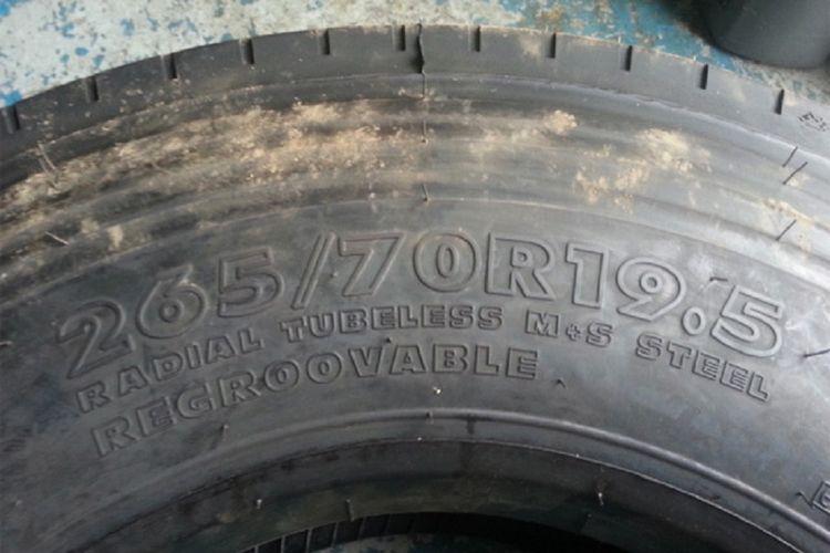 Kode regroovable pada ban yang bisa divulkanisir.