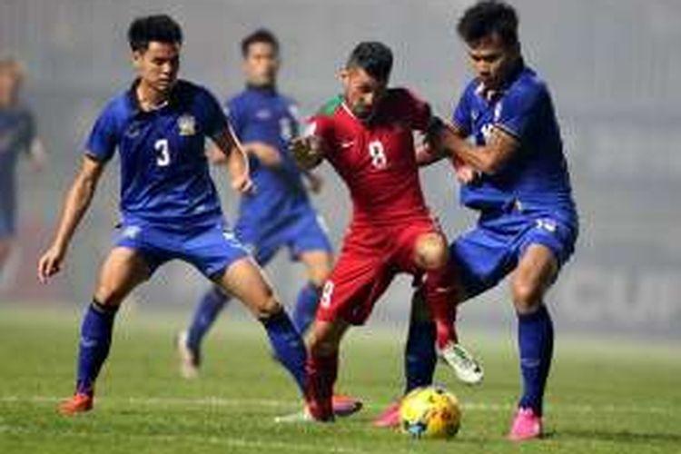 Pemain timnas Indonesia Stefano Lilipaly (kiri) berebut bola dengan pemain Thailand, Koravit Namwiset pada laga final Piala AFF Suzuki Cup 2016 leg pertama di Stadion Pakansari, Cibinong, Bogor, Jawa Barat, Rabu (14/12/2016). Indonesia menang 2-1 atas Thailand dan akan bertanding di final Piala AFF Suzuki Cup 2016 leg kedua di Stadion Rajamangala, Thailand, Sabtu (17/12/2016) mendatang.