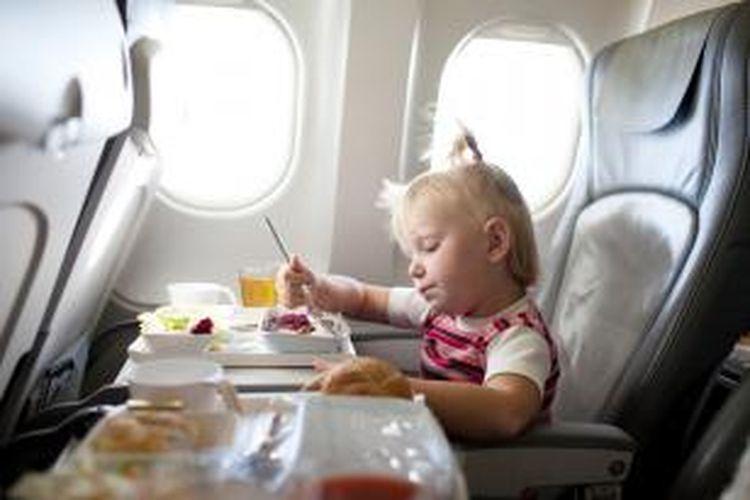 ILUSTRASI - Anak di dalam pesawat.