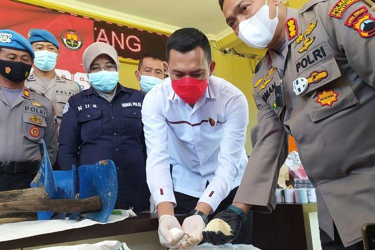 Ungkap kasus pengoplosan gula rafinasi di Mapolresta Banyumas, Jawa Tengah, Kamis (22/4/2021).