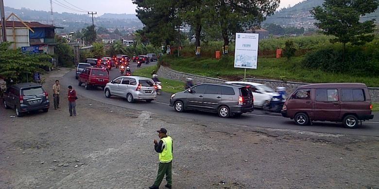 Kemacetan terjadi di Kawasan Lembang, Kabupaten Bandung Barat, Jawa Barat, Selasa (29/7/2014).