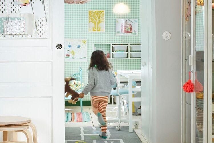 Ilustrasi kamar anak dengan warna cat dinding cerah yang menambah keceriaan.