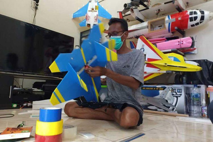PESAWAT AEROMODELING—Puguh Sutrisno (42) warga Jalan Bawono Mulyo, Kota Madiun, Jawa Timur menunjukkan salah satu hasil karya pesawat aeromodelinnya. Pria ini bangkit dengan menekuni hobi merakit pesawat aeromodeling setelah dirumahkan perusahannya sebagai sopir.