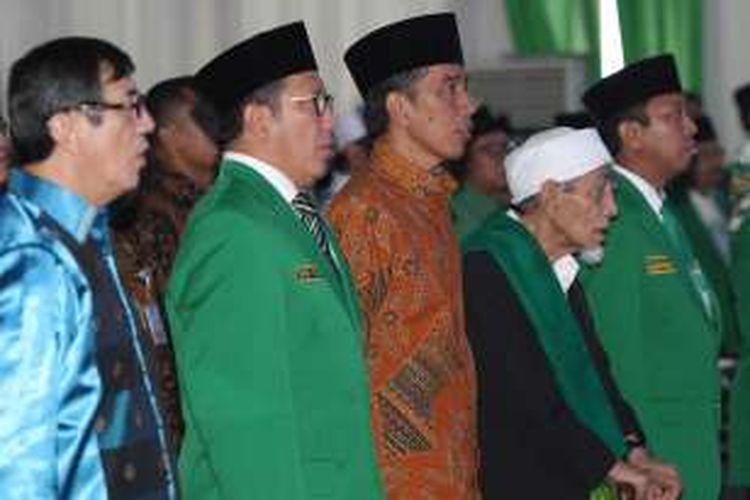 Presiden Joko Widodo didampingi Menkumham Yasonna Laoly,  Sekjen PPP Romahurmuziy, dan Ketua Majelis Syariah PPP K H Maimun Zubair meresmikan Pembukaan Muktamar VIII PPP Tahun 2016 di Asrama Haji Pondok Gede, Jakarta Timur, Jumat (8/4/2016).