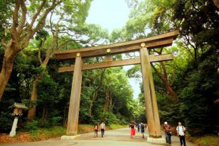 Pintu gerbang kayu atau torii menuju Kuil Meiji di Shibuya, Tokyo.