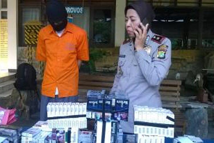 AS, Pelaku spesialis pencurian minimarket ditangkap Polsek Jagakarsa usai melakukan aksinya, Minggu (20/09/15).