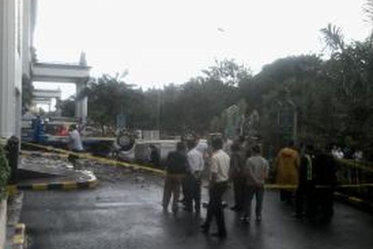 Toyota Avanza bernomor polisi B 1846 UOR jatuh dari tempat parkir lantai 2A Apartemen Evian Garden, kawasan Mall of Indonesia, Kelapa Gading, Jakarta Utara, Senin (20/1/2014) siang sekitar pukul 14.00.
