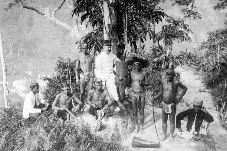 Kepala desa Mentawai bersama Bangsa Eropa pada 1892