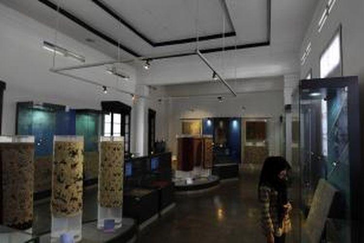 Suasana di dalam Museum Batik yang terdapat di Jalan Jetayu, Pekalongan, Jawa Tengah, Minggu (4/8/2013). Dengan biaya sebesar Rp 5.000 para pengunjung dapat mengetahui sejarah batik di Indonesia dan juga diajarkan teknik pembuatan batik.