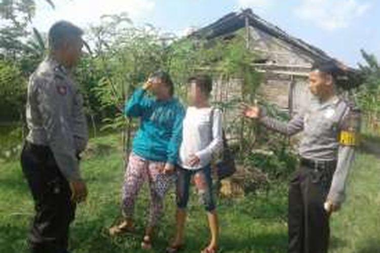 Aparat Polres Demak menangkap dua pekerja seks komersial dalam razia yang dilakukan di lokalisasi Geneng, Kecamatan Mijen , Demak, Minggu (12/6/2016) sore,