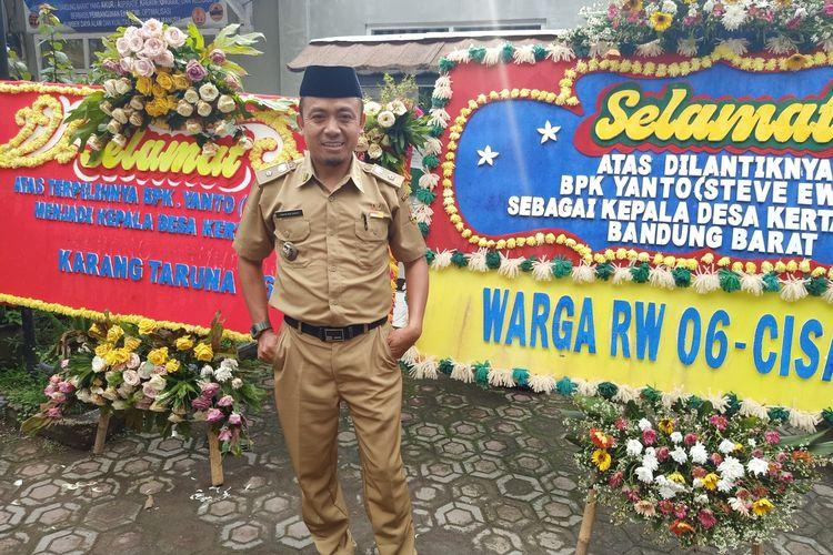 Yanto bin Surya alias Steve Ewon, pawang ular yang terpilih sebagai Kepala Desa Kertawangi, Kecamatan Cisarua, Kabupaten Bandung Barat.