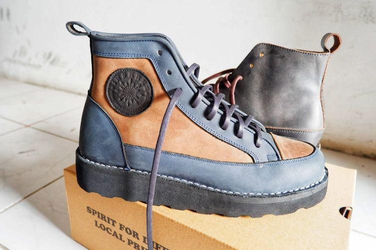Salah satu sepatu Inskres. Sepatu ini memiliki beberapa keunggulan, di antaranya menggabungkan sneaker dan bot.