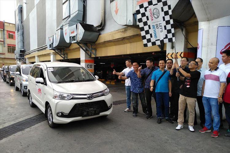 Deputy of Division Head Marketing Planning Division Toyota-Astra Motors, Andri Widianto mengangkat bendera saat melepas konvoi Sebangsa Fun Trip menuju situs-situs wisata di Kota Medan. Kota ini menjadi pembuka festival yang digelar sebagai bentuk komitmen dan apresiasi kepada pengguna Avanza Veloz.