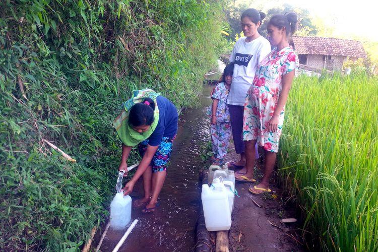 Sejumlah ibu-ibu sedang mengisi air bersih dari pipanisasi untuk ke kapung lain ke jerigen di Kampung Taman, Desa Sukamanis, Kecamatan Kadudampit, Sukabumi, Jawa Barat, Rabu (18/7/2018).